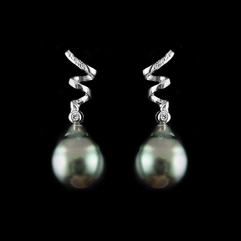Pearl with Diamonds Earring in 22K Gold (ต่างหูมุกประดับเพชร)