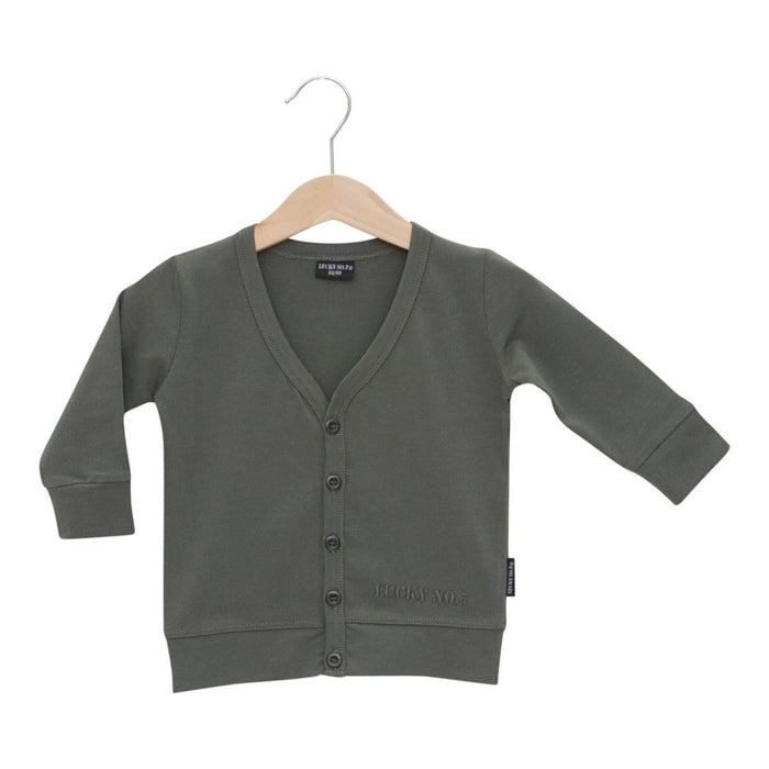 Army green cardigan with metal look buttons and a small Lucky No.7 embroidery. The cardigan is made in t-shirt quality, supple and a perfect match with the tees. The little army green cardigan is a real basic musthave.