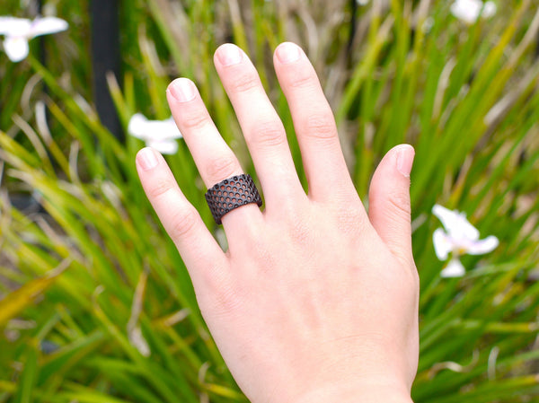 honeycomb ring in black