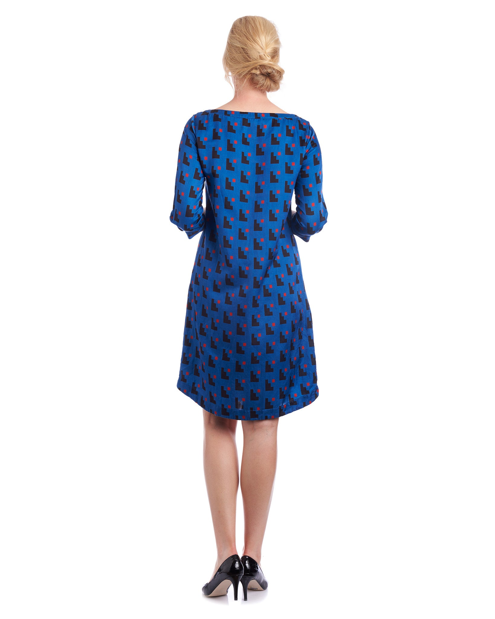 The keyhole on the back of the neckline gives a subtle detail to add to your silk dress with print