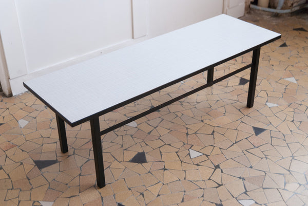 Table basse moderniste bichrome en métal