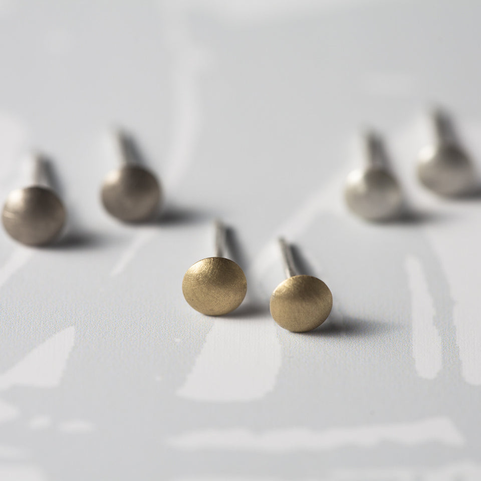 Carrie tiny earstuds, gold