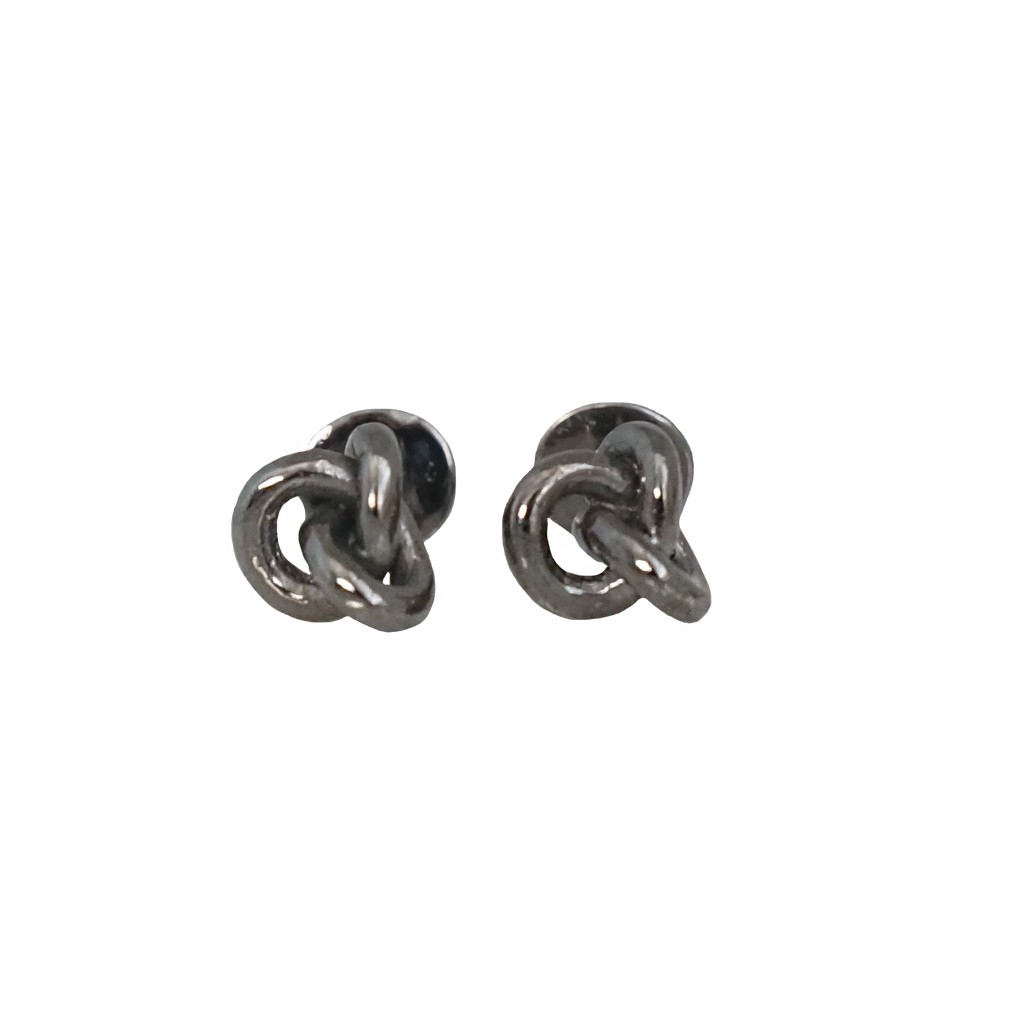 The middle point where refined and contemporary meet. Our knotted cufflinks made 100% in silver has a bath in rhodium adding a stylish touch.