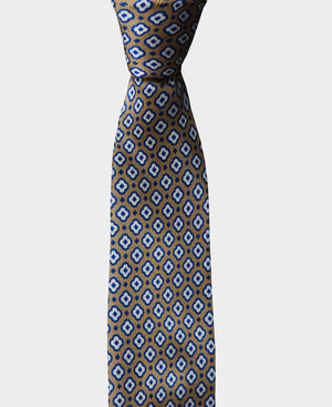 Our sand geometric pattern tie is perfect for a classic yet modern look. It's versatile enough to be worn in a formal or casual environnement.