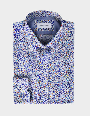 This season we're going big with prints. This out of ordinary flower printed shirt is perfect for a casual look.
