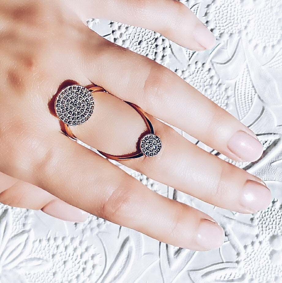 woman wearing Aurum Mod white gold-plated studded ring