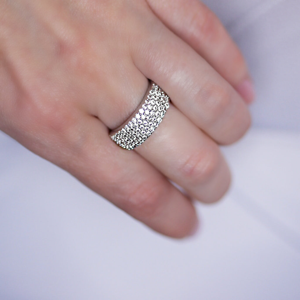 woman wearing wide band white gold-plated ring Aurum Mod