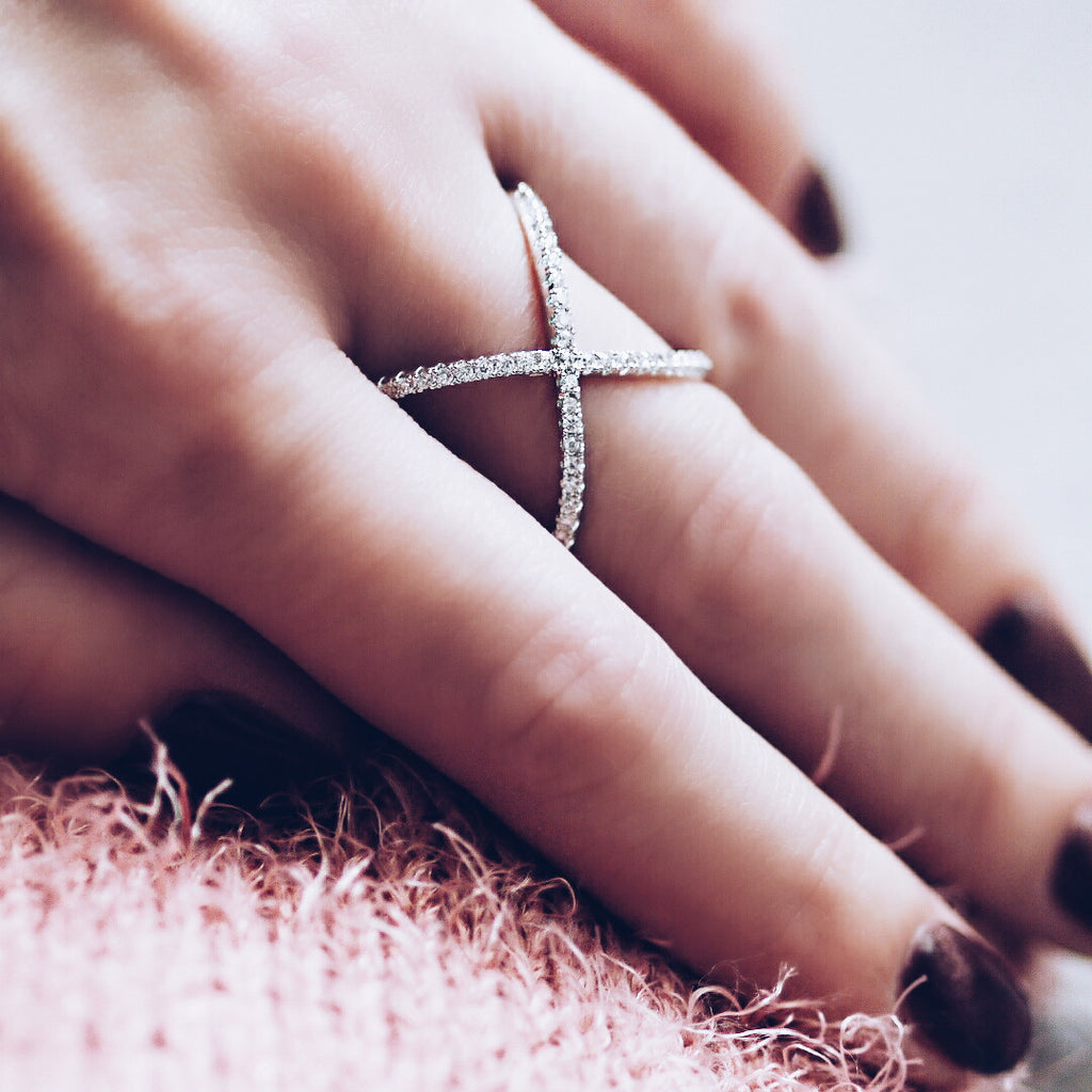 Aurum Mod white gold-plated crossed ring on woman's hand