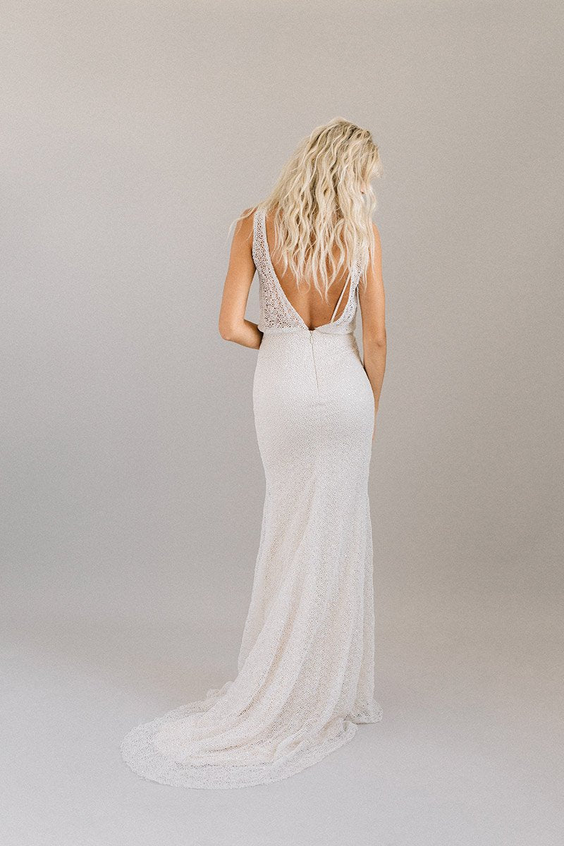 6bbdc241f3 Minimalist wedding dress with a fitted skirt
