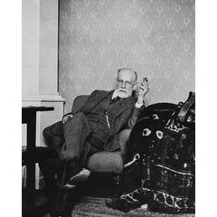 Photo of Sigmund Freud sat behind his couch