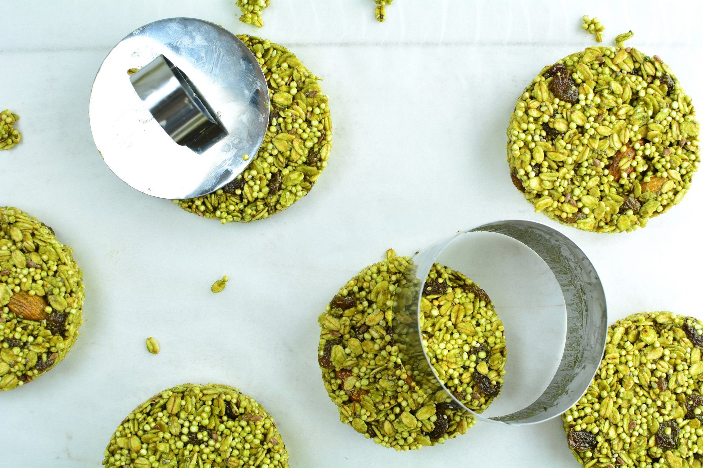 no-bake-matcha-quinoa-cookies-cutting