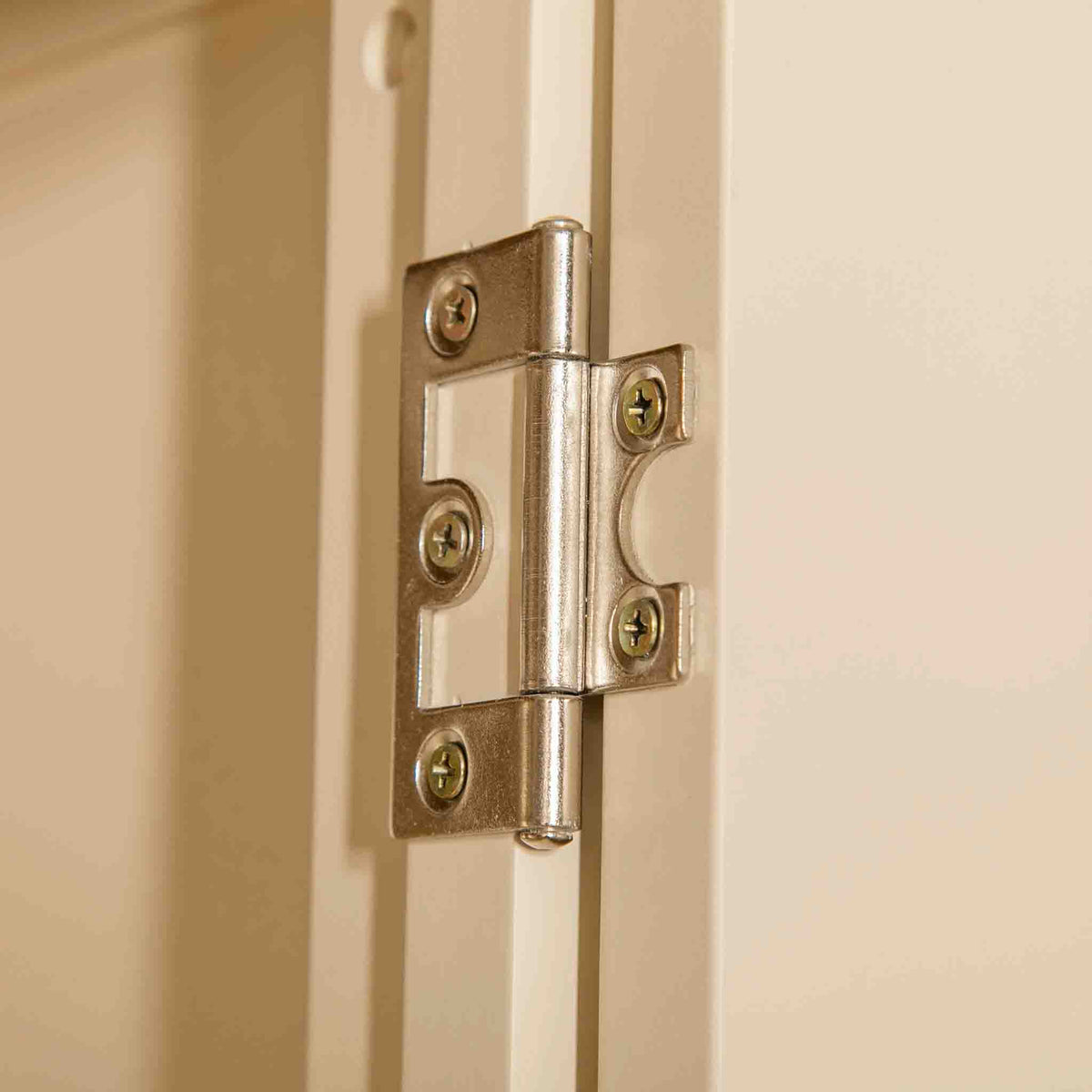 Close up of hinge on The Padstow Cream Large 3 Door Wardrobe