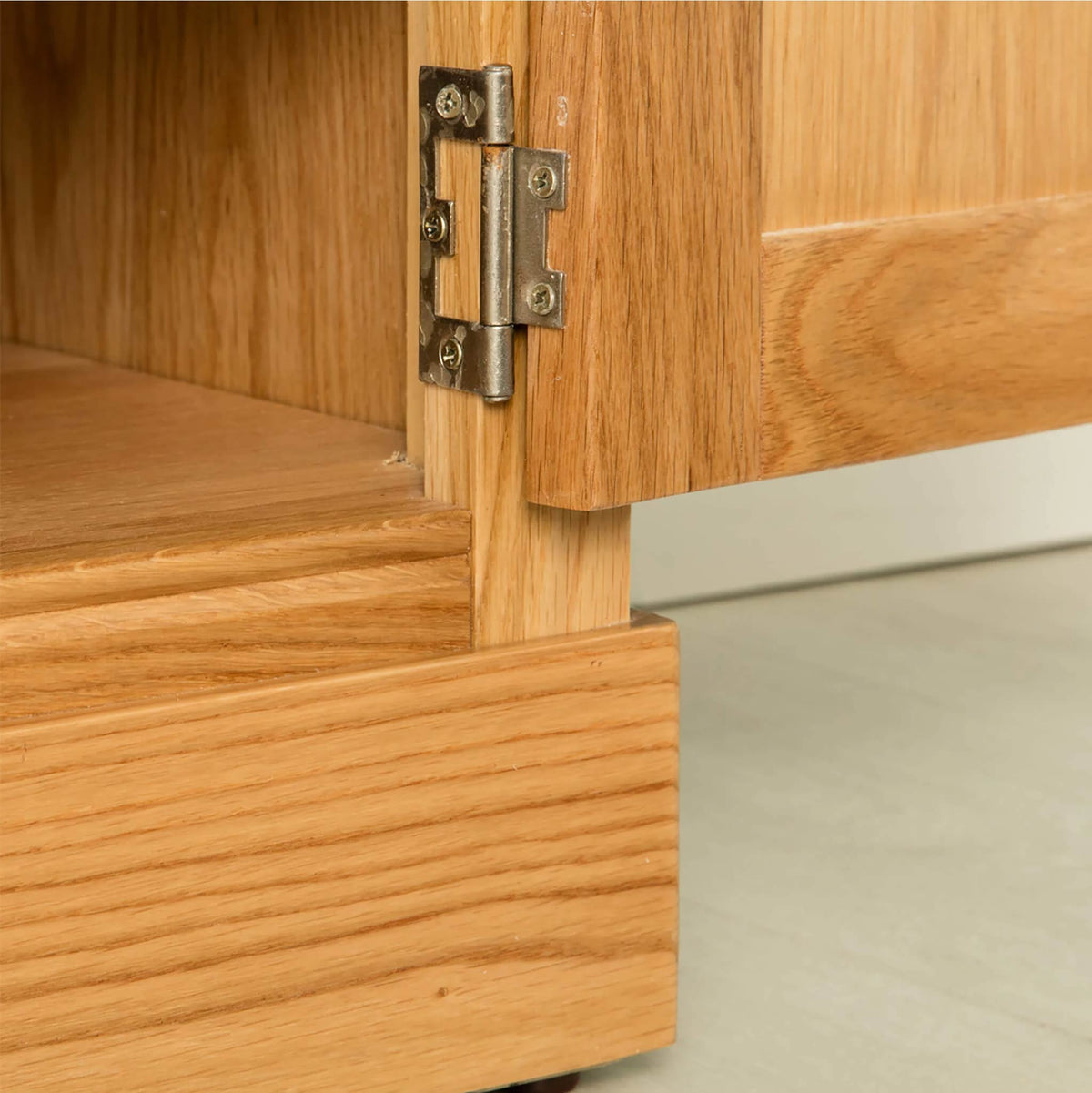 Hampshire Oak 120 cm TV Stand bottom hinge view