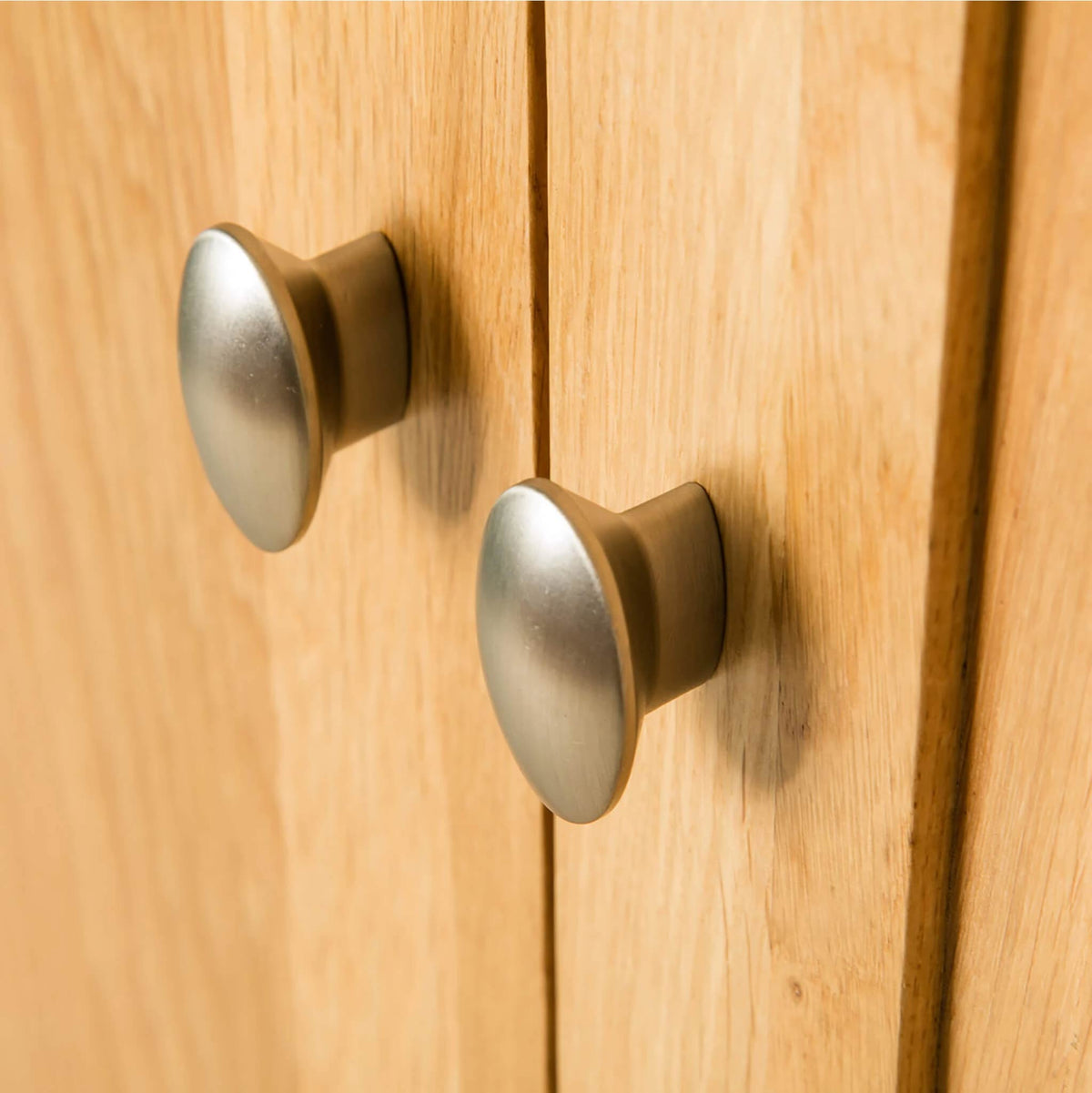 Hampshire Oak Triple Wardrobe door knob view