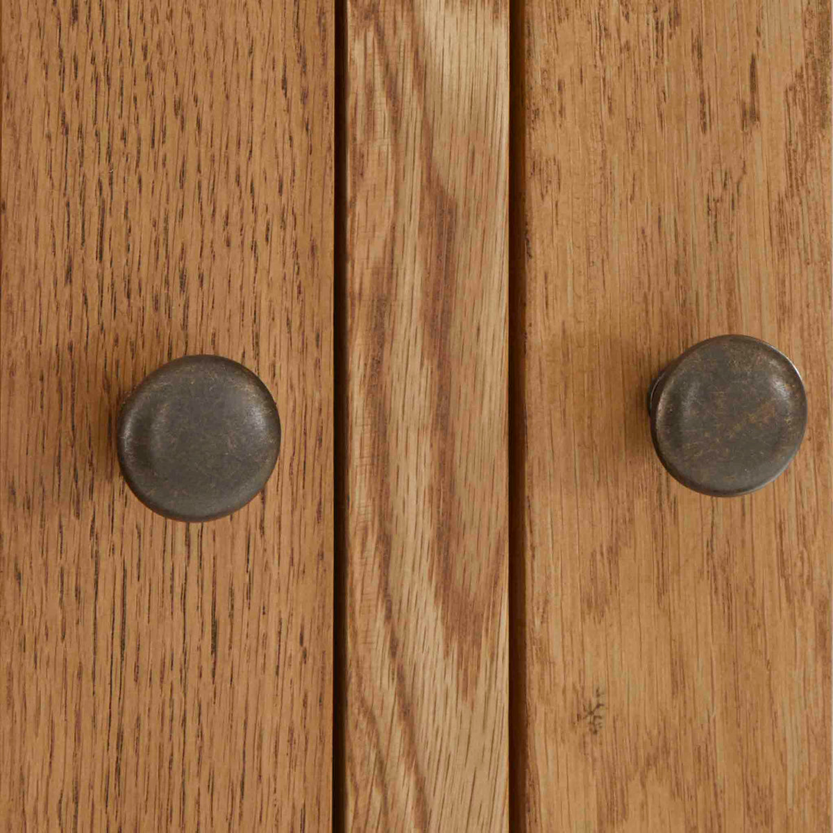 Zelah Oak Large Triple Wardrobe with Drawers - Close up of door knobs