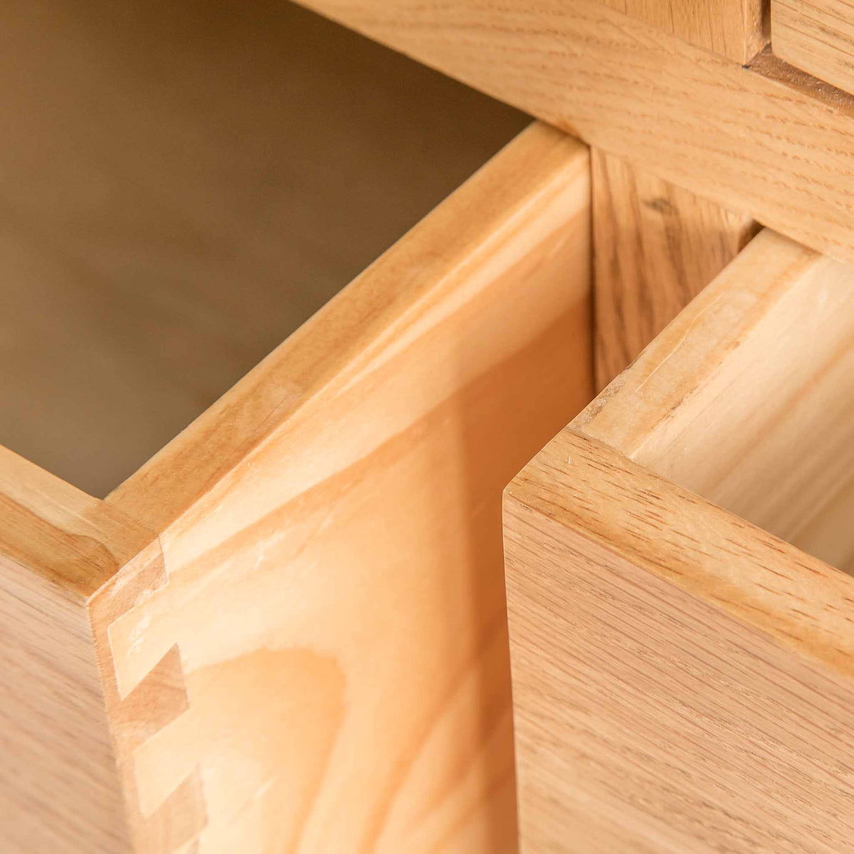 close up of drawer edges on the Surrey Oak Large Chest Of Drawers