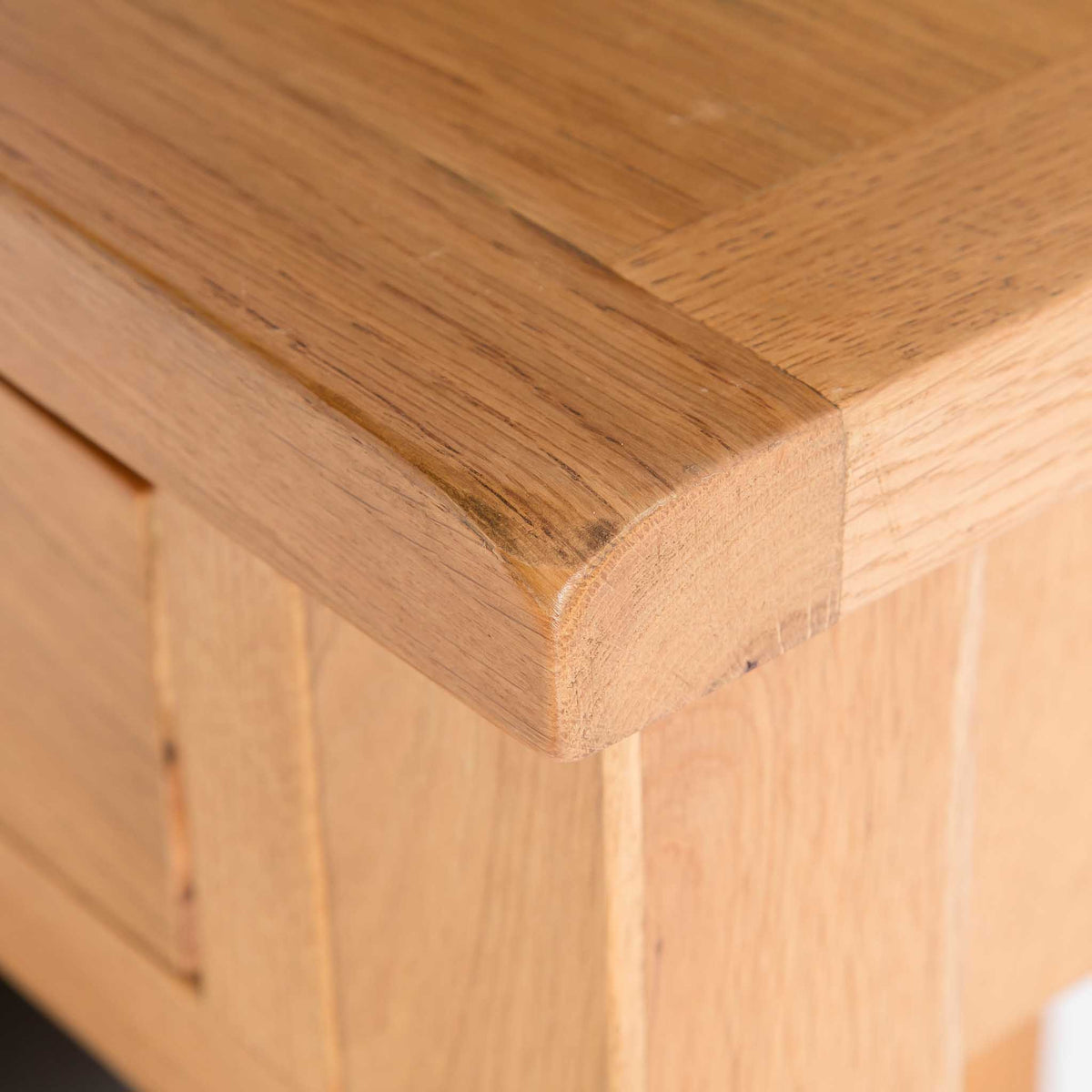 close up of curved corner on the Surrey Oak Dressing Table Set