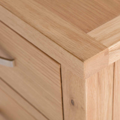 close up of the oak top corner on the London Oak 2 over 3 Chest of Drawers
