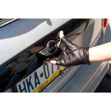 Load image into Gallery viewer, Floto women's black leather fingerless driving gloves