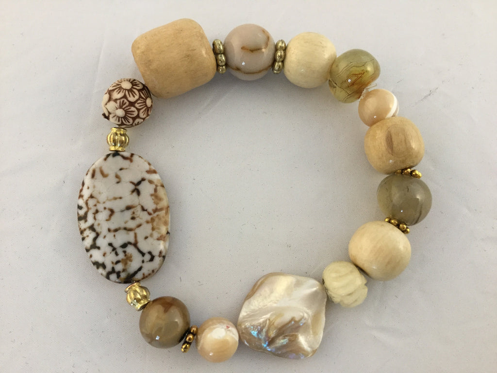 BB5S has shell, wood, smokey Quartz and a large Agate