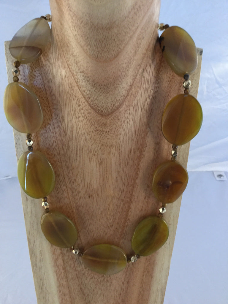 cinnamon has 30x35mm light-brown Agate ovals, separated by Tiger's Eye seed beads and faceted gold tone beads.