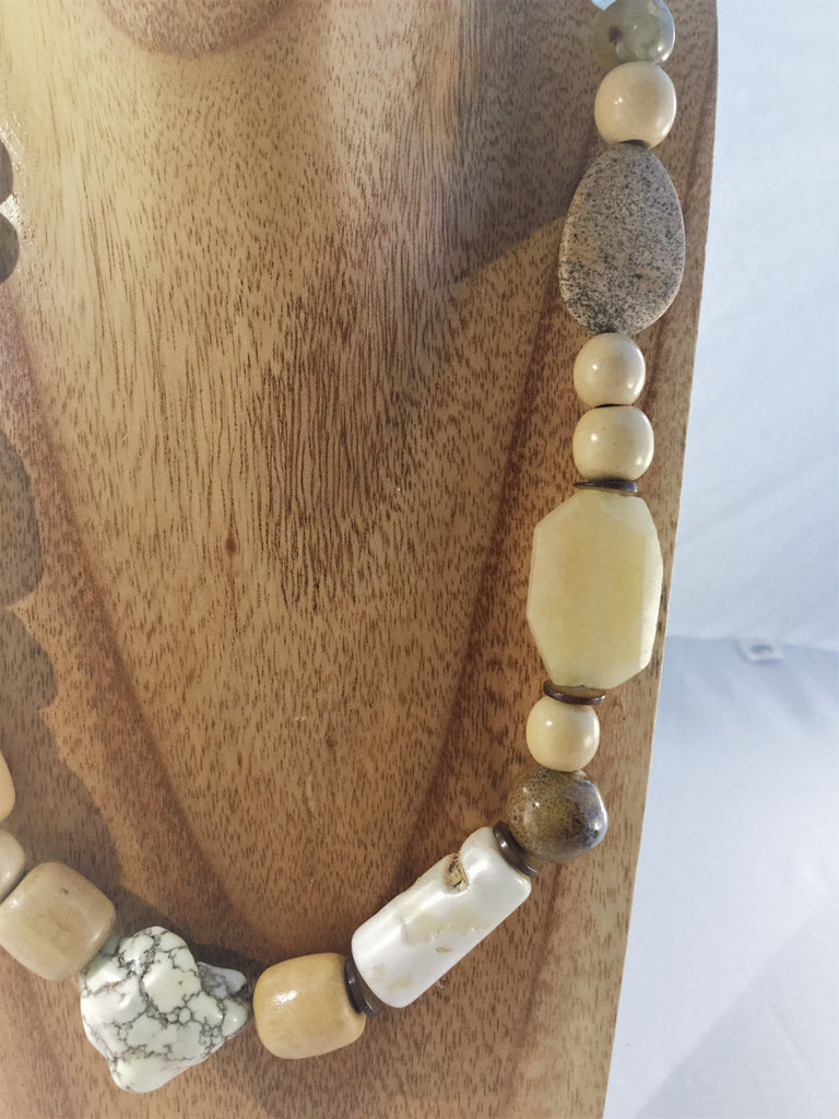SANDI: Beige wooden Necklace