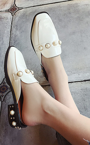 Slippers with pearls