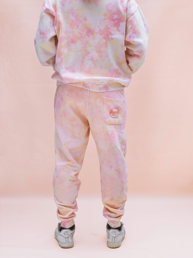 Sweatpants tie and dye rose pale orange fait pour une collaboration avec LG Canada et Beurd photo du sweat pants porté par modèle
