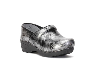 dansko-womens-clog-shoes-xp-2-0-pewter-brush-patent-leather-3950970202-3/4shot