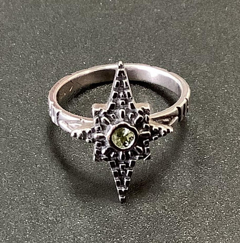 Star Ring with Peridot stone. Size7 1/2