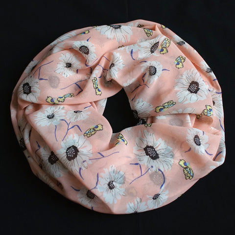 Big flowers on a soft pink colored scarf (9195)