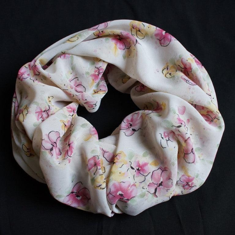 Creme Colored scarf with beautiful Flowers (9212)