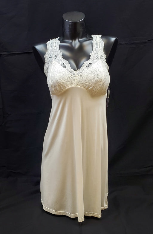 Fleur Belle Epoque, a comfortable, soft, chemise. Ideal for lounging. Made of a soft fabric and lace. Color Ivory.