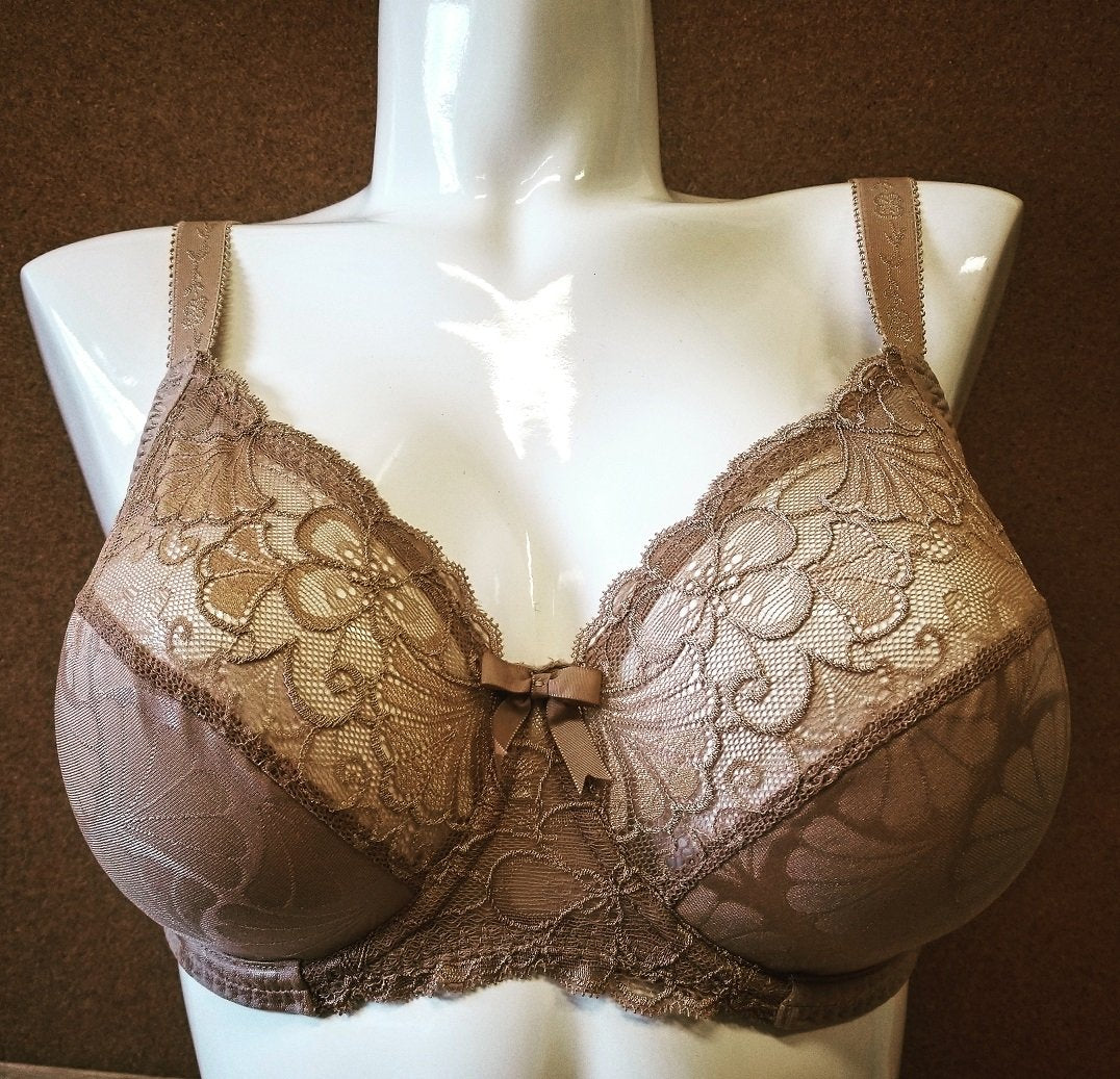Eternite by Simone Perele a full cup bra that is elegant and comfy. Cups are lined with cotton for softness and stretch lace helps maintain fit. Style 191320.
