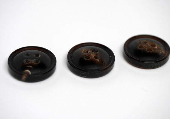 Red Horn Buttons (24L, 15mm, 5/8in)