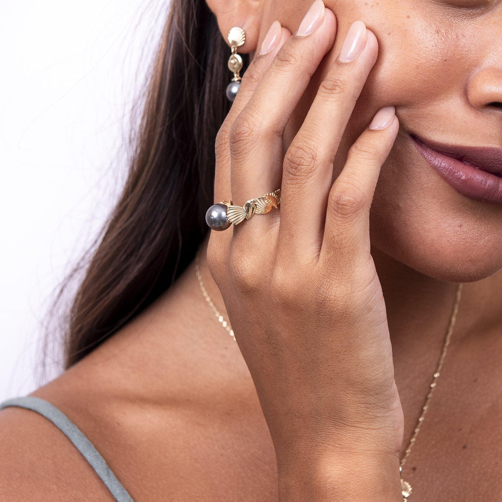 Seashells Tahitian Black Pearl Ring in Gold on Model