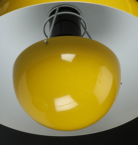 Verner Panton Flower Pot pendant in black and yellow.