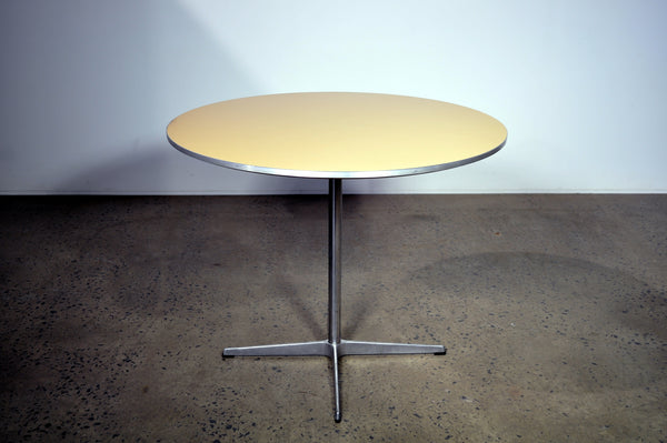 Round Table by Arne Jacobsen for Fritz Hansen .
