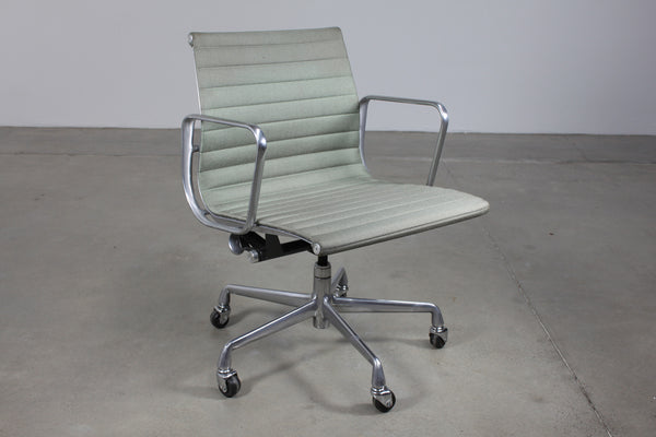 Eames Aluminium Group Management Chair - Case 22