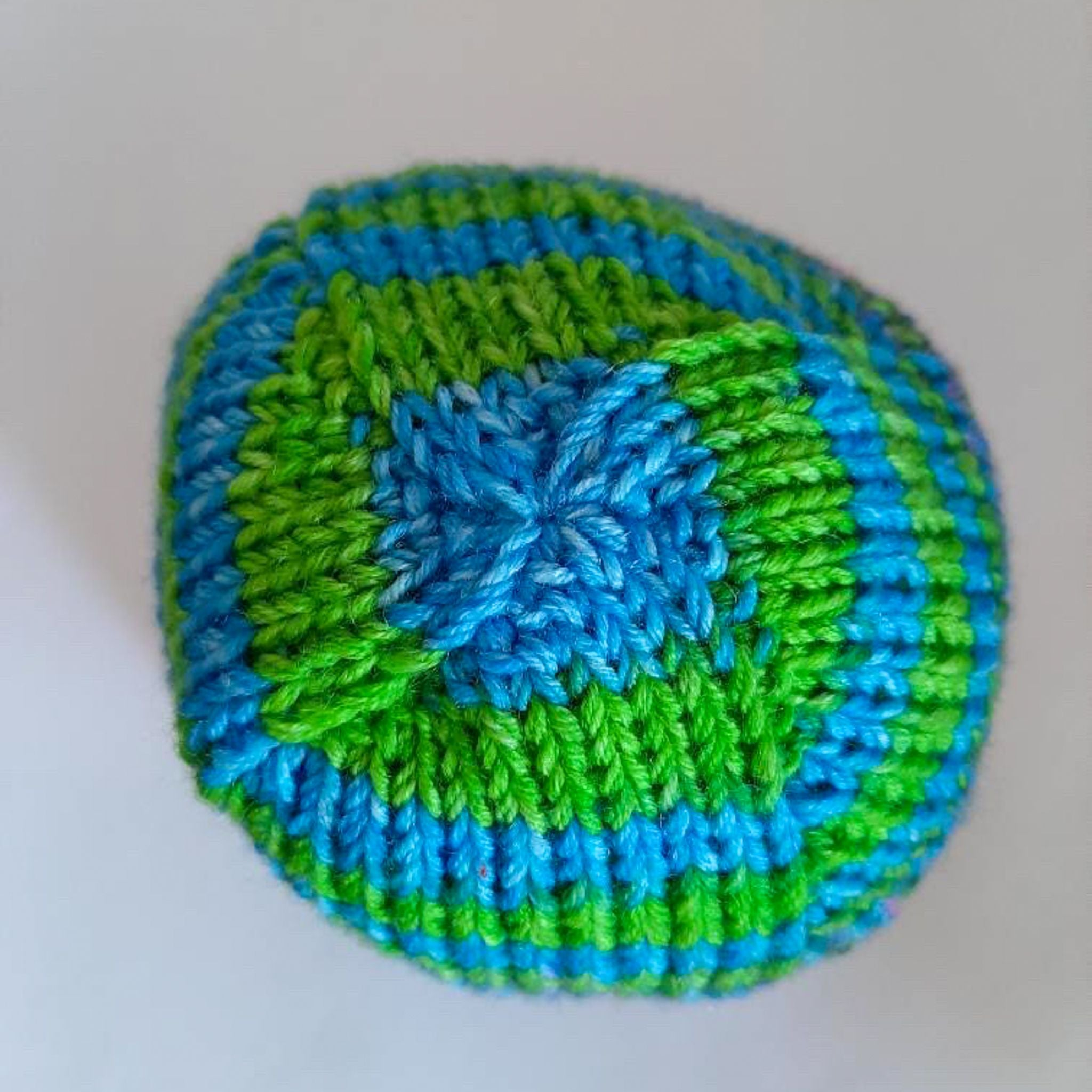 Top-down view of finished Boss Beanie in green and blue.