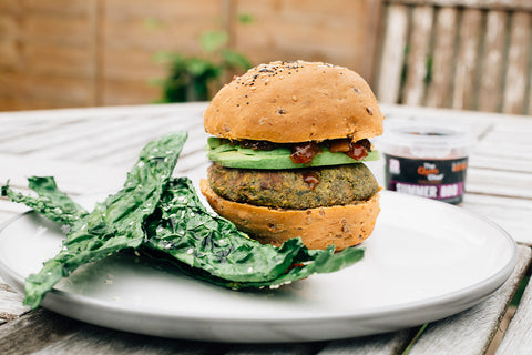 Green veggie burgers with kale crisps