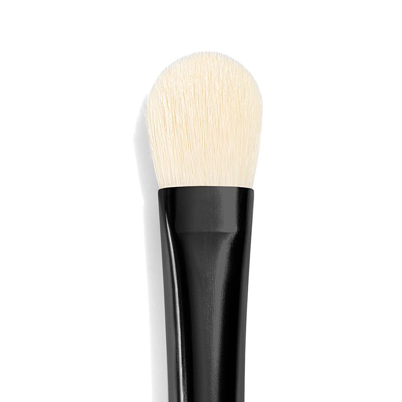 Chantecaille Shade and Sweep Eye Brush close up