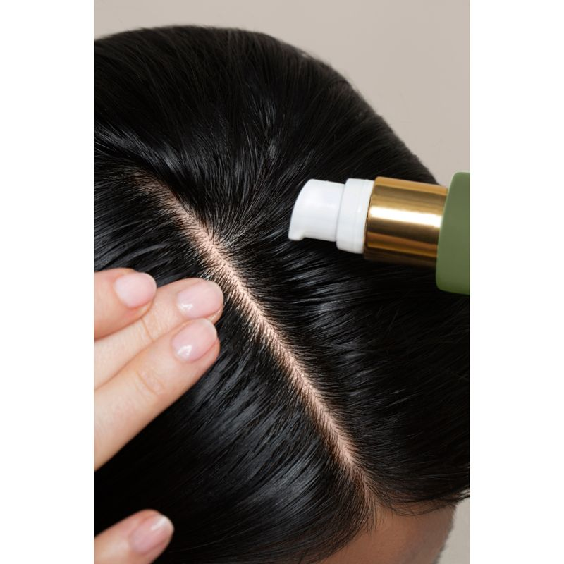 Rahua by Amazon Beauty Founder's Blend Scalp & Hair Treatment (38 ml) being applied to scalp