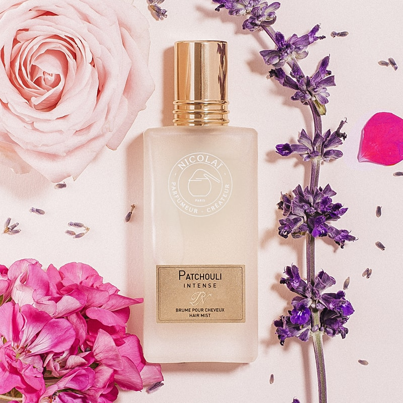 Parfums de Nicolai Patchouli Intense Hair Mist mood photo with flowers