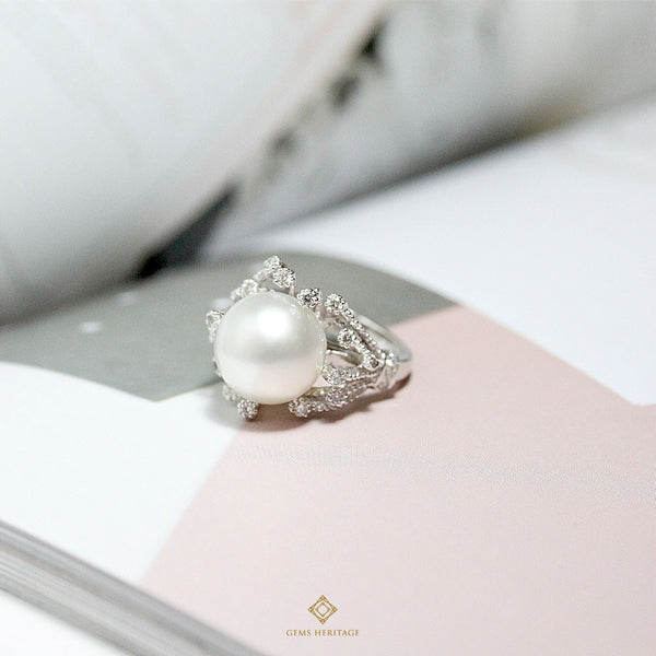 Pearl ring with diamond pollens