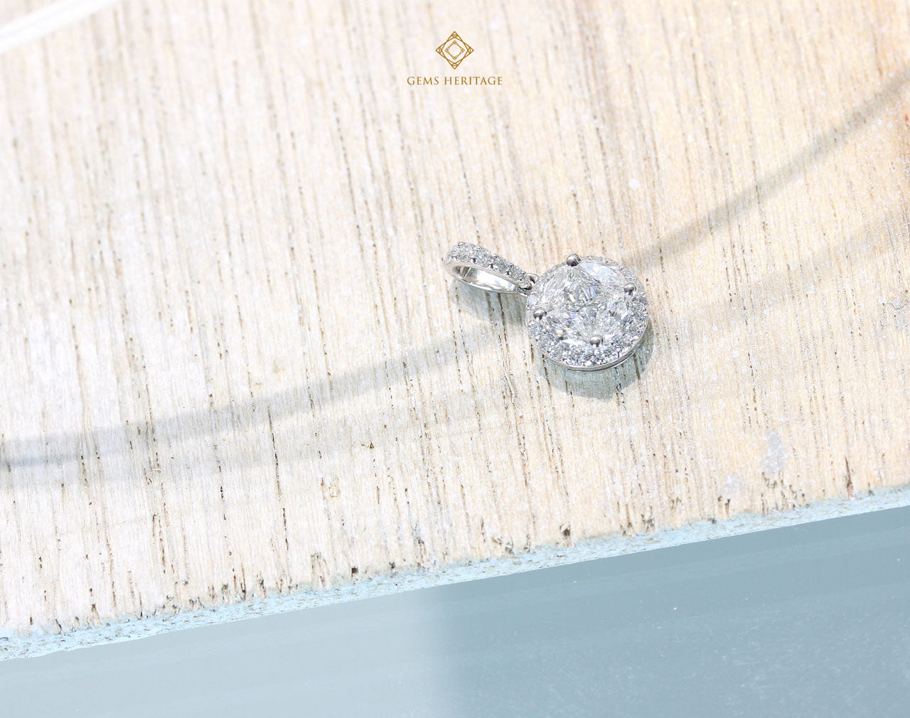 Round illusion halo diamond pendant