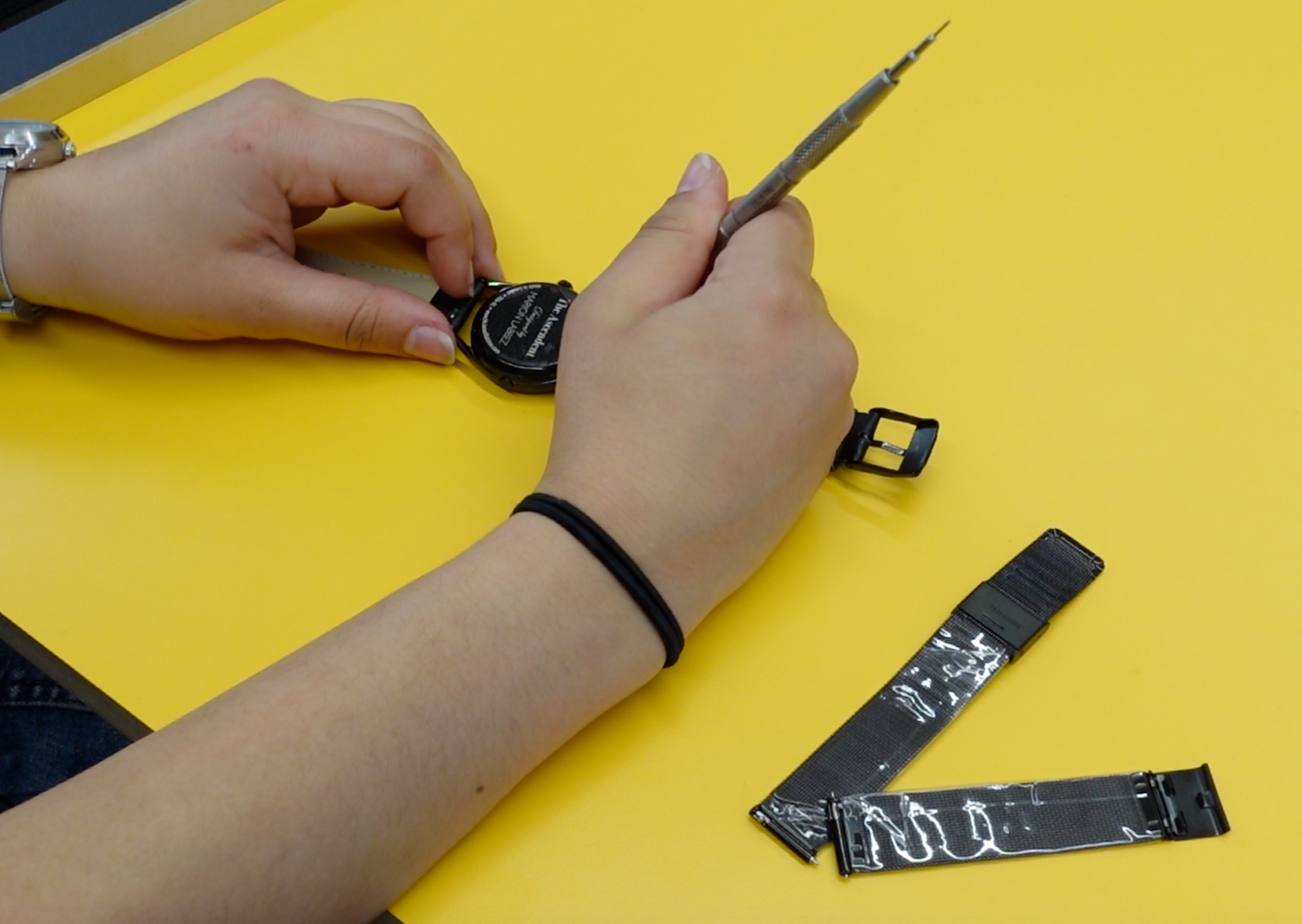 Changing the watch strap with a spring bar tool