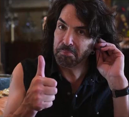 "Paul Stanley Gives Asius the ""Thumbs Up"""
