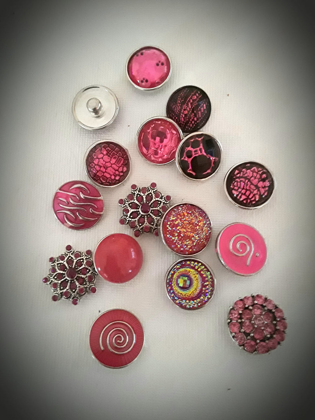 A variety of Pink snaps 18mm noosa snaps