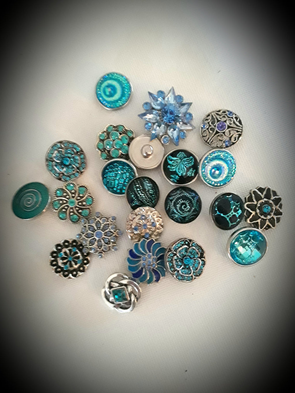 A variety of stylish and sleek blue snaps 18mm noosa snaps